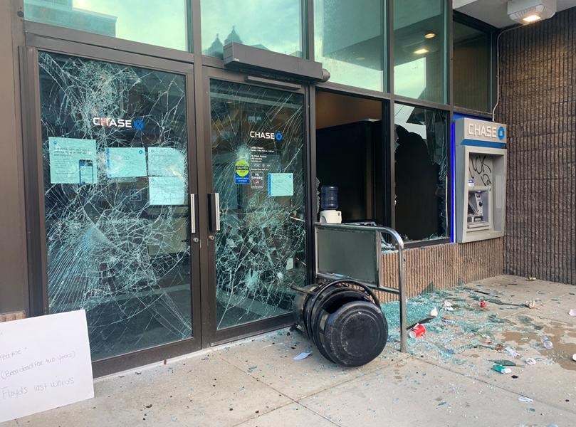 разбитые окна в отделении банка в Лансинге
